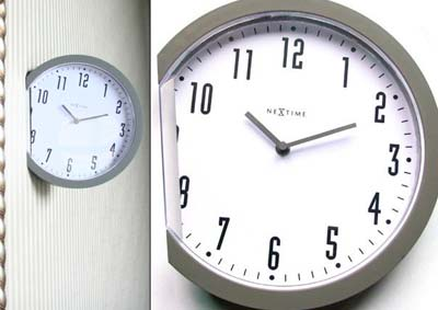 Uhr steckt in der Wand